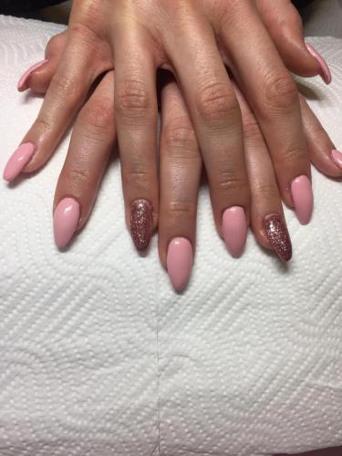 Růžové gelové nehty